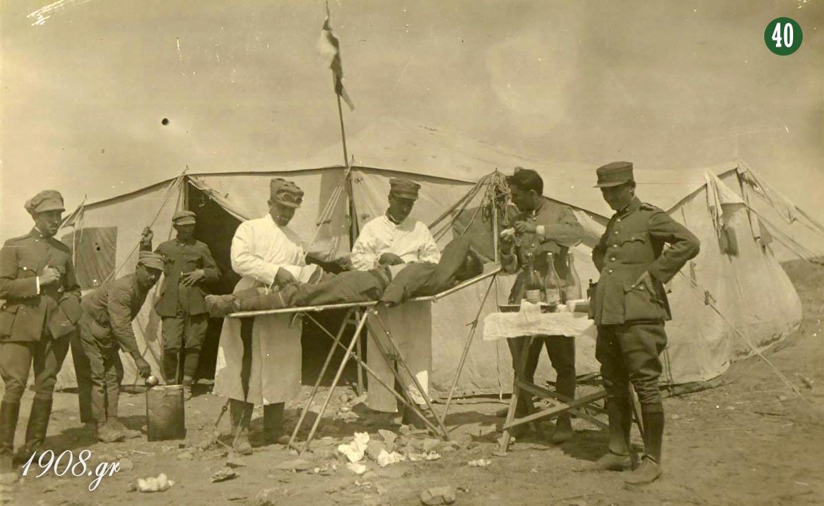 """Ο έφεδρος ανθυπίατρος Γιώργος Καλαφάτης (δεύτερος από αριστερά) βοηθά σε χειρουργείο ενός σοβαρά τραυματισμένου στρατιώτη. """"Γιώργος Καλαφάτης, ο ιδρυτής του Παναθηναϊκού"""", vivliapao.gr"""
