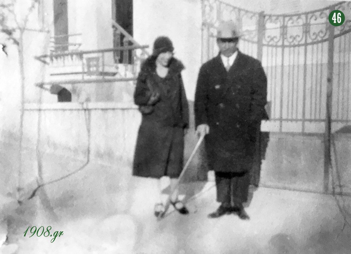 Ο ιδρυτής του Παναθηναϊκού, μαζί με τη γυναίκα του Βάσω στην Κυψέλη. Γιώργος Καλαφάτης, vivliapao.gr