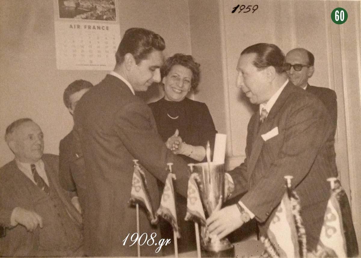 Πάρις Τσαφαντάκης - Γιώργος Καλαφάτης 1959, ο ιδρυτής του Παναθηναϊκού βραβεύει τον σπουδαίο ποδηλάτη. www.vivliapao.gr